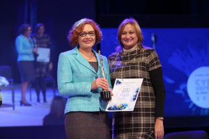 """Bojana Vukosavljević, national programme manager EBRD SBS, uručila je nagradu Milijani Stojanović, """"Bionis PLus"""""""
