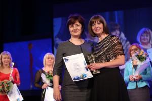 """Ljiljana Karaklajič, vlasnica kompanije D Express, uručila je priznanje Vesni Jovanović, """"Eurolog Sistem"""""""
