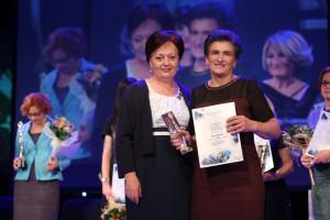 "Radojka Nikolić, vlasnica i urednica časopisa Ekonometar i Magazin Biznis, uručila je nagradu Milijani Šekler ""Beli Bagrem"" iz Rudnog"