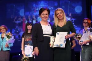 """Radojka Nikolić, vlasnica i urednica časopisa Ekonometar i Magazin, uručila je nagradu Aleksandri Petrović """"NAG"""" doo"""
